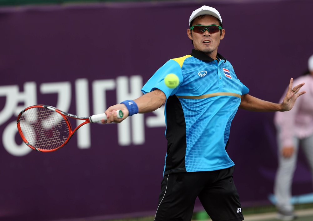 Tennis player wearing a cap and sunglasses